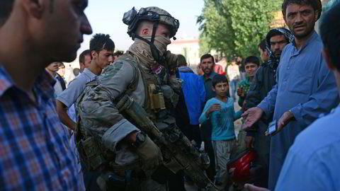 En norsk spesialstyrkesoldat snakker med lokalbefolkningen i Kabul i Afghanistan i 2013. Deltagelse i internasjonale operasjoner kan ikke forklare at det norske forsvaret er blitt dramatisk mindre.