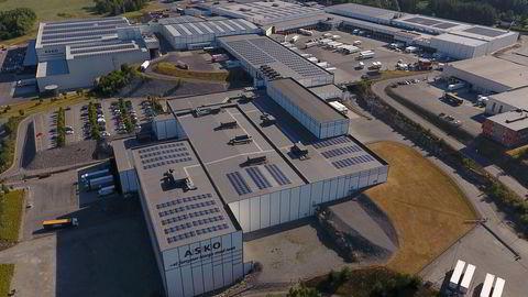 Solcelleanleggene på takene på Asko-byggene på Vestby er blant de eldste, store norske anleggene, fra 2014. Tapet av produksjonsevne etter fem år er betydelig lavere enn gjennomsnittet ellers i verden, finner forskerne.