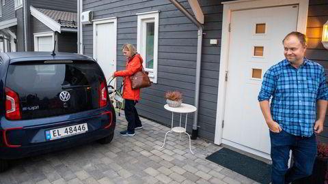 Bjørn Tore Rønningen og Terese Langhelle Rønningen kobler elbilen fra lading og gjør klar til avreise til jobb på Ullevål sykehus. – Vi lader på natten når strømmen er som billigst, men vi prøver også å benytte oss av muligheten til å lade på jobb, sier Bjørn Tore Rønningen.