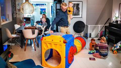 Freddy Tysnes og kona Hege Yndestad Tysnes har mange oppgaver på hjemmebane før barna kan leveres i barnehagen. For familien er det utvidelsen av foreldrefradraget og kutt i elavgiften i årets statsbudsjett som er mest relevant.