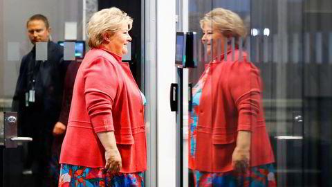 Statsminister Erna Solberg på vei inn til pressekonferanse for å legge frem gjenåpningsplan for Norge.
