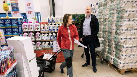 Administrerende direktør Espen Eldal i Europris kan smile over nok et kvartal med sterk omsetning og lønnsomhet. Her sammen med butikkmedarbeider Martine Bergh.