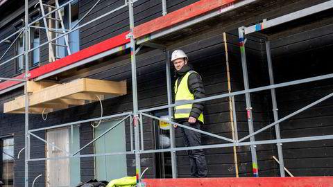 Stigende trelastpriser bekymrer boligprodusentene. -Nå er situasjonen uforutsigbar, sier driftssjef Joacim Rogne i Follohus