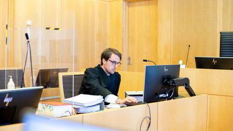Forsvarer, advokatfullmektig Robert Langeland, opplyste at klienten innrømmet straffskyld og erstatningsplikt overfor alle de fornærmede i saken under rettssaken. Han har ingen kommentar til dommen.