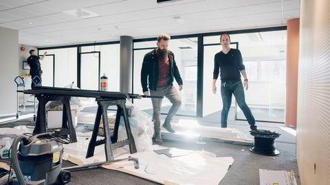 Lade-selskapet Easee skal fylle kontorbygget på Forus med 250 ansatte. Innkjøps- og logistikksjef Torstein Midtbø, (til høyre) og kommersiell direktør Caspar Mariero-Klees (til venstre) inspiserer bygget.