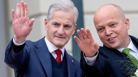 Ny regjering kommer ut fra Slottet. Fra venstre: Statsminister Jonas Gahr Støre (Ap) og finansminister Trygve Magnus Slagsvold Vedum (Sp).