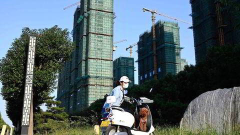 Problemene er langfra over for det kinesiske konglomeratet China Evergrande Group, som har gjeld og forpliktelser på over 2700 milliarder kroner. Her fra et byggeprosjekt i Zhumadian, Kina.