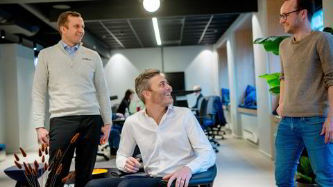 Gründerne Simen Jørgensen (fra venstre), Andreas Thorsheim og Andreas Bentzen i Otovo er klar for siste etappe med Otovo som unotert selskap. I løpet av det neste året skal selskapet inn på Euronext Growth.