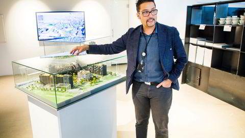 – Jeg har aldri vært fan av å bygge knøttsmå boliger eller for mange små leiligheter i et prosjekt, men nå er dette akutt og krisen tvinger oss til å tenke annerledes, sier Obos-sjef Daniel K. Siraj. Her foran en modell av det første utbyggingstrinnet på Ulven i Oslo.