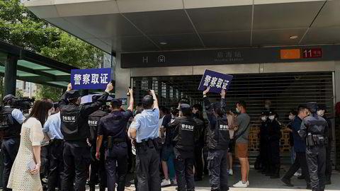 Den kinesiske eiendomsgiganten Evergrande er i en dyp gjeldskrise. Investorer i selskapets spareprogram har troppet opp utenfor kontorene i Shenzen i håp om å få tilbake pengene de har investert.
