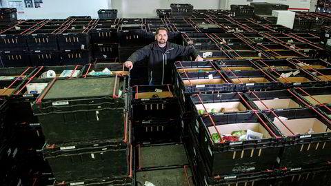 Oda-sjef og medgründer Karl Munthe-Kaas på oppstartsselskapets lager på Lørenskog. Nå kutter Oda prisene på en stor del av varene som skyves ut lasterampen bak ham.