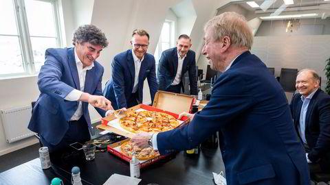Pizza, selvfølgelig Peppes, ble servert da (fra venstre rundt bordet) Jan Bodd, Karl Kristian Sunde og Stig Sunde fra Scandza, og Jarle Roth og Jens Ulltveit-Moe fra Umoe restaurants fortalte om Peppes nye eierskap.