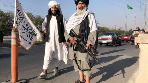 En Taliban-kriger holder vakt med sitt M16-gevær foran innenriksministeriet i Kabul mandag.