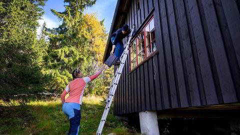 Sigfred og Martine Nomell Havdahl har lenge ønsket å kjøpe seg hytte på fjellet. På visning i Hamregrenda hyttefelt i Eggedal går de grundig gjennom hytta.