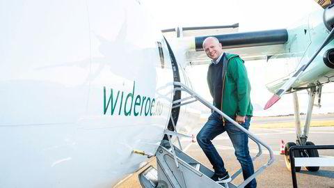 Senterpartiets leder og statsministerkandidat Trygve Slagsvold Vedum er på valgkamp i Nord-Norge. Her på trappen til et av Widerøes Dash 8-fly, som flyr langs hele kysten på oppdrag for staten.