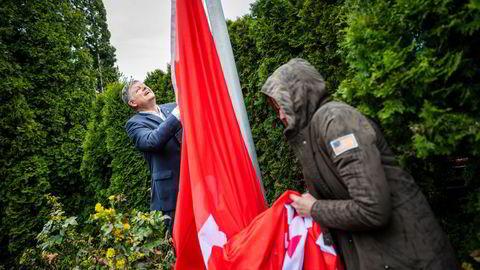 Norwegian-sjef Jacob Schram (bak) heiste onsdag selskapets flagg på hovedkontoret til ære for pressen og for å markere at selskapet antagelig har overlevd korona.