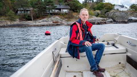 Tore Aarønæs i båten utenfor hytta som han planlegger å gi i gave til sine sønner. – Det er mye penger å få overført på papiret, men det er ikke nødvendigvis en fordel. Det er mye arbeid og utgifter med hytte, sier han.