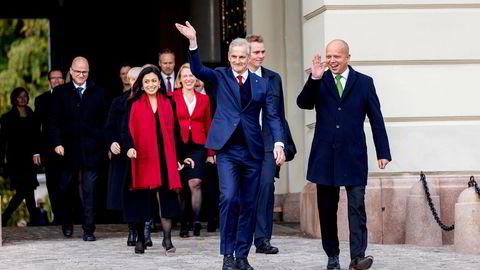 Statsminister Jonas Gahr Støre på slottsplassen med sin regjering etter sitt første statsråd på slottet.