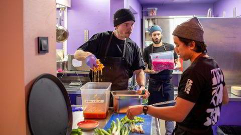 – Vi skal tilby nordisk-asiatisk mat med råvarer fra Norger til under 200 kroner, med retter fra ris til lokal bygg-gryn og nudler, sier medgründer og markedsansvarlig André Evju (til venstre)  i Tunco. Han forbereder seg til gjenåpning av restauranten ved St. Hanshaugen i Oslo sammen med Decio Silva og Nam Mai (til høyre).