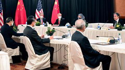 USAs utenriksminister Antony Blinken (lengst til høyre) fikk sitt pass påskrevet av Kinas to viktigste utenrikspolitikere, Yang Jiechi og Wang Yi, på møtet i Anchorage.
