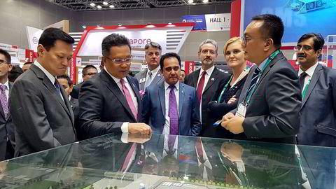 På Offshore Technology Conference Asia i 2018 møttes Malaysias statsråd Abdul Rahman Dahlan, administrerende direktør Tan Sri Wan Zulkiflee Wan Ariffin i Petronas, Norges ambassadør Gunn Jorid Roset, Aker Solutions-sjef i Asia Ahmad Hatta Kamaruzzaman.