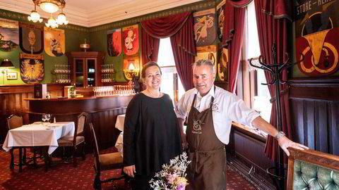 Siri Riise Jensen og Kay Henning Johnsen som eier og driver Engebret Cafe jubler over gjenåpningen av landet: – Det vil bli vanskelig å få bestilt bord i julebordsesongen i år, tror Johnsen.
