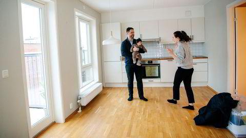 Samboerparet Linda Kukleci og Ardijan Zenuni holder på å flytte ut av boligen i Krydderhagen. Da de solgte i desember, kjørte de egen budrunde etter at fire stykker ville kuppe leiligheten.