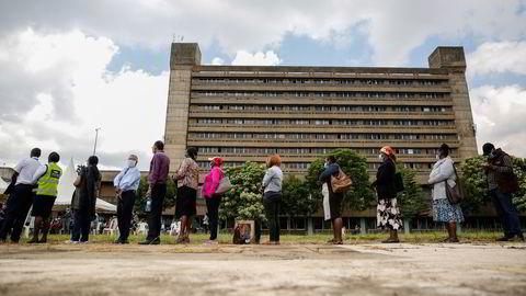 Det internasjonale vaksinesamarbeidet Covax er underfinansiert og for lite og går for tregt, skriver artikkelforfatterne. Vaksinekø 6. april i Nairobi i Kenya, som har mottatt AstraZeneca-vaksine via Covax.
