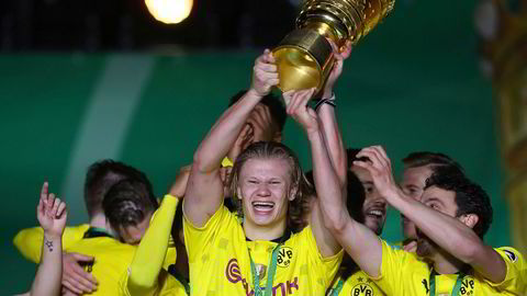 Svak krone gir norske klubber bedre priser når spillere selges – prisene settes i euro eller dollar, skriver artikkelforfatterne. Her feirer norske Erling Braut Haaland seieren i den tyske cupen med laget Dortmund.