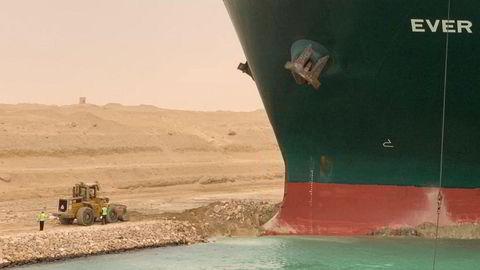 Arbeidere jobber med å få løsnet skipet «Ever Given», som sto på tvers i Suezkanalen fra 24. til 29. mars og blokkerte all trafikk.