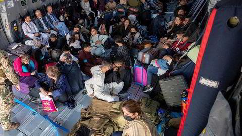 Kaotisk avreise. Tyskere og afghanske hjelpere evakueres fra Kabul i et fly fra det tyske Bunderswehr.