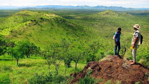 Akobo-området i Etiopia er preget av ulendt terreng. Avbildet er to lokalt ansatte som speider utover konsesjonsområdet sørvest i landet.