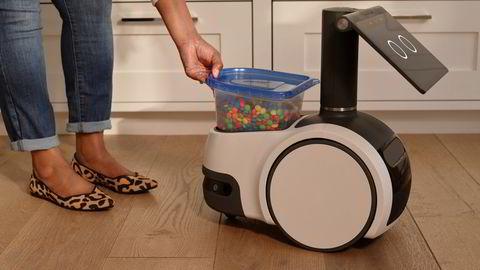 Amazons Astro-robot på tre hjul og kan bevege seg rundt i huset, ta med seg ting fra rom til romm, spille musikk - og passe på huset når du er borte.