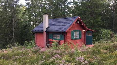 Torstein Knutson selger denne hytta i Skiptvet for svigermor. En del oppussing må påregnes.