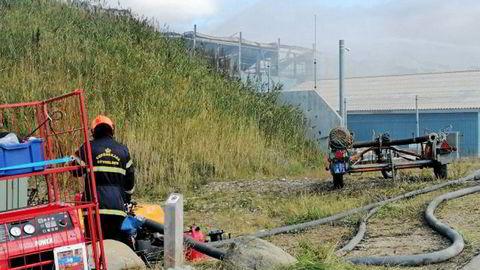 Slik så det ut ved Atlantic Sapphires anlegg i Hvide Sande på fredag. Anlegget begynte å brenne onsdag kveld forrige uke.