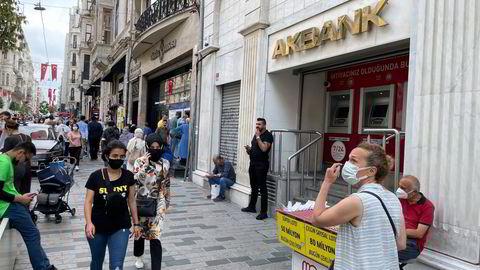 Tyrkias andre største bank Akbank er fullstendig lammet etter en større datahendelse som har pågått siden tirsdag. Ingen transaksjoner er mulig. Også i hovedgaten Istiklal i Istanbul holder banken stengt onsdag formiddag.