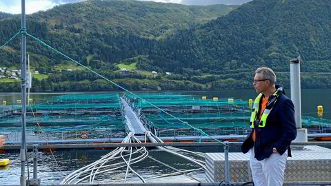 Fiskeri- og sjømatminister Odd Emil Ingebrigtsen på besøk hos Lerøy Sjøtroll ved lokaliteten Blom i Sørfjorden ved Osterøy i august 2021. Besøket var i forbindelse med Lerøys satsing på slamoppsamling.