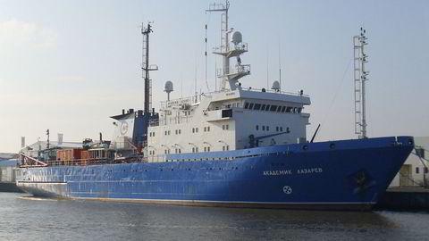 Det russiske skipet '''Akademik Lazarev''' har vist stor interesse for undersjøiske kabler mellom Norge om omverdenen