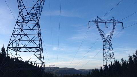 NVEs ferske analyse peker mot høyere kraftpriser fremover. Avbildet er kraftmaster i Nordmarka i Oslo.