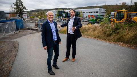 Everfuel-sjef Jacob Krogsgaard (til høyre) og Helge Skaarberg Holen på Alnabru-tomten hvor den første fyllestasjonen for tungtransport skal komme.