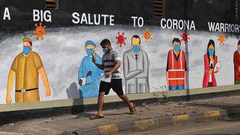 Den indiske økonomien er hardt rammet av koronapandemien. Sist helg startet massevaksinering. Her fra storbyen Mumbai.