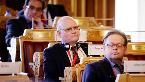 Bengt Wenstøb (i midten) fikk nesten en kvart million kroner i etterlønn fra Stortinget da han gikk ut i 2017.