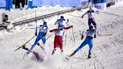 Alle mann sendes ut i en fellesstart, runde etter runde på en kort arena, hvor publikum kan følge med på hvem som til enhver tid står eller faller inn i og ut av de mange skarpe svingene, skriver artikkelforfatteren. Her faller Emil Iversen i semifinale i sprint i Lahti i 2017.