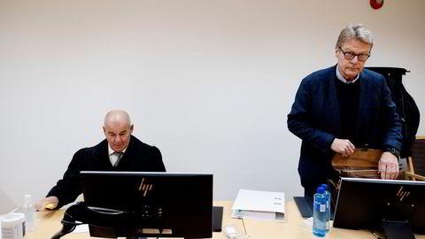 Milliardær Trygve Bjerke (til høyre) var ikke fornøyd med meglernes jobb da hans bolig i Holmenkollveien skulle selges. – De var passive og jeg ble ikke orientert i løpet av prosessen. Jeg måtte ringe hele tiden, forklarte Bjerke i retten onsdag. Til venstre hans advokat Erling Høyte i advokatfirma Falkanger, Wiik, Høyte & Fremstad.