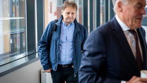 Jan Gunnar Mathisen, her på vei inn i Moss tingrett med advokat Peter Simonsen, mener dommeren må avvise konkursbegjæringen mot selskapet.