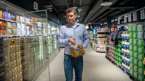 Et svært godt dagligvaremarked har hittil hindret Ringnes å permittere ansatte. Kommunikasjonssjef Nicolay Bruusgaard i Ringnes må belage seg på at øl fortsatt ikke kan selges på puber og barer, men kun i dagligvarebutikker.