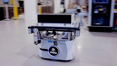 En robot frakter en batterimodul fra en arbeidsstasjon til den neste hos Corvus Energy i Bergen.