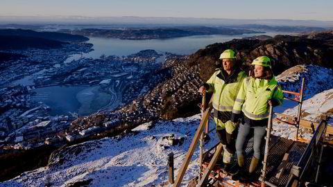 Gasellebedriften Hjelmen as ble startet av far Rolf Johan (56) og datteren Marit (29) Vossgård i 2016. Siden har de vokst fra en omsetning på 6,7 millioner kroner i første fulle år til 42 millioner kroner i 2019.