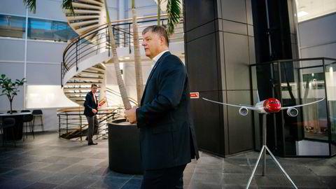 Norwegians toppsjef Jacob Schram (foran) og finansdirektør Geir Karlsen bygger ned gjelden kraftig, men flere meglerhus mener det ikke er nok, fordi antallet fly også blir mye mindre enn i dag. Til høyre en modell av langdistanseflyet Boeing 787 Dreamliner, som snart er helt ute av flåten.