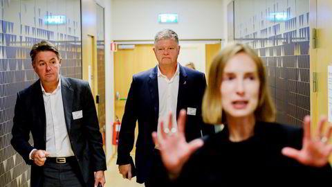 Norwegian-sjef Geir Karlsen (fra venstre) og tidligere toppsjef Jacob Schram fikk bonuser av det forrige styret, og det er fortsatt uavklart om selskapet den gang var hindret av et bonusforbud. Næringsminister Iselin Nybø (foran) kan ikke si om saken blir fulgt opp.
